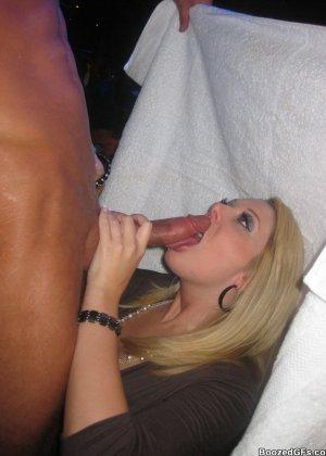 В свингерском клубе любят заводить новые связи интимные красотки - фото 5