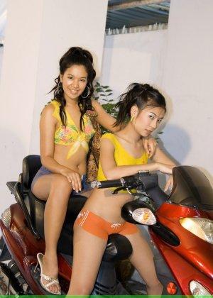 Молодые девушки обливают себя водой в майке без лифчика у мопеда - фото 4