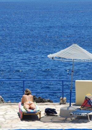 Отдых на море в эротических фото зрелой дамы на крутой фотик - фото 8