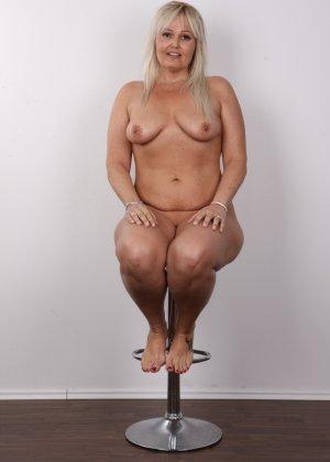 Блондинистая зрелая дамочка с пышными формами позволяет наблюдать за собой, показывая все части тела - фото 15