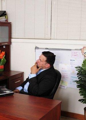 Девушка выполнила требование похотливого начальника, трахнувшись с ним на столе после рабочего дня - фото 2