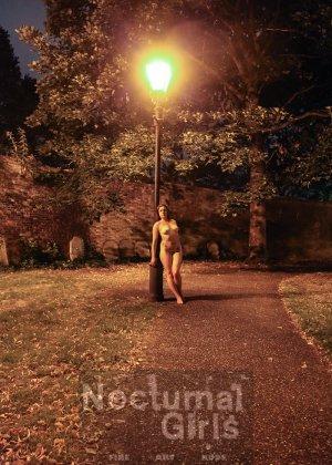 Изабель Дин – девушка без комплексов, поэтому показывает свои прелести прямо на фоне ночного города - фото 6