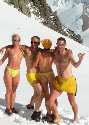 Фотографии с нудистских фото сессий: раскованные девушки и парни не стесняются своих голых тел - фото 13