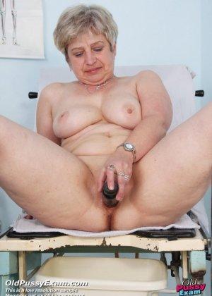 Женщина в зрелом возрасте показывает себя со всех сторон опытному врачу, раздвигая перед ним ноги - фото 12