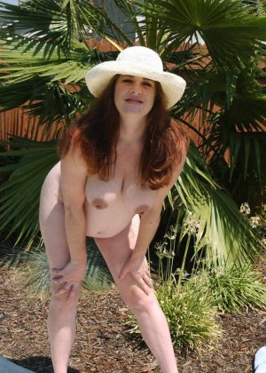 Беременные телочки раздеваются и демонстрируют свои обнаженные тела перед камерами, гордясь своим положением - фото 7