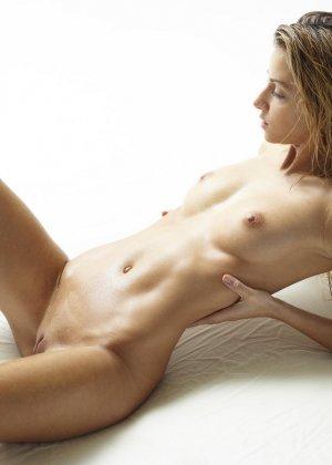 Эротические фото красивой худенькой девушки с маленькой грудью - фото 13