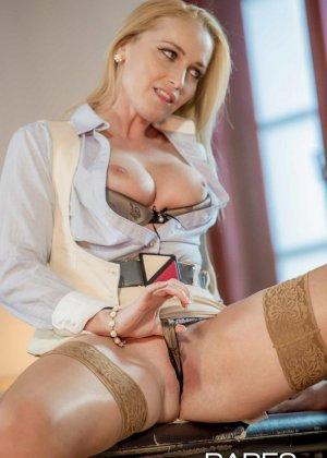 Пышногрудая блондинка так изголодалась по большому члену, что решила трахнуться с менеджером на его рабочем месте - фото 4