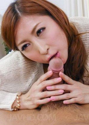 Нежная азиатка старательно делает минет парню, а затем с удовольствием насаживается на член - фото 1