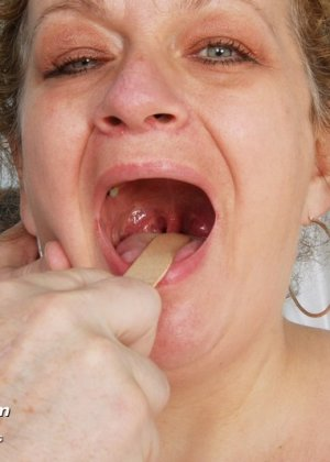 Женщина соглашается на полный осмотр – она готова раздвинуть ноги перед развратным доктором - фото 3
