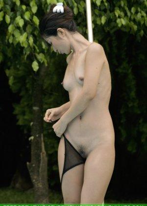 Азиатка с маленькой грудью медленно снимает с себя черный лифчик - фото 10