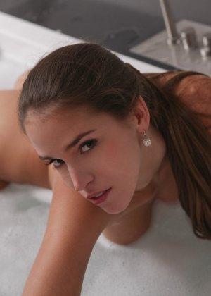 В тепленькой ванной расслабляется длинноногая брюнетистая девчонка - фото 8