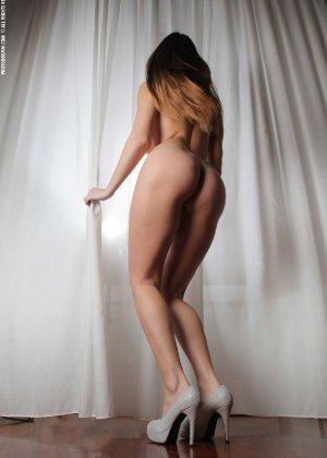 Молодая телка обнажает свою грудь и крутится во дому в голом виде - фото 46