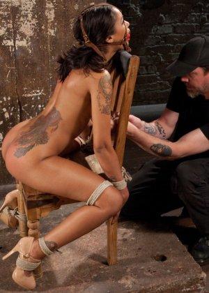 Темнокожая красотка терпит многое – ее привязывают к стулу, делают из нее мумию и трахают разными игрушками - фото 5