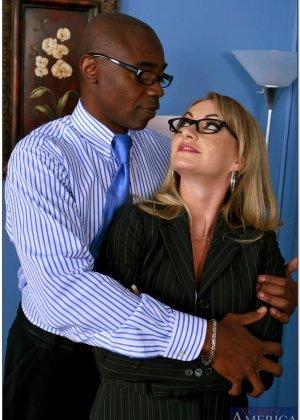 Секретарша с пухлыми сосками трахается со своим темнокожим начальником ради продвижения по карьерной лестнице - фото 8