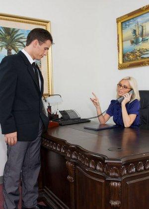 Телка вызывает своего подчиненного в кабинет, она не носит трусов, чтобы ее киску могли обработать без лишней суеты - фото 1