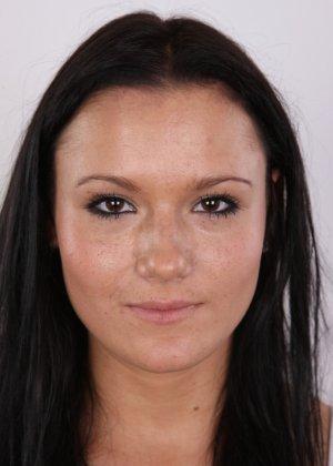 Женщина с темными волосами хвастается гладко выбритой промежностью - фото 2