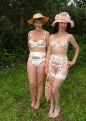 Две зрелых лесбиянки сосутся на природе и ласкают свои дырочки - фото 7
