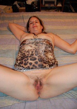 Зрелая телка с висящими сиськами стоит раком на кровати - фото 37- фото 37- фото 37