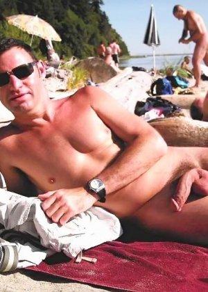 Развлечения нудистов на пляже весьма интересны, здесь большое количество огромных членов и больших сисек - фото 7