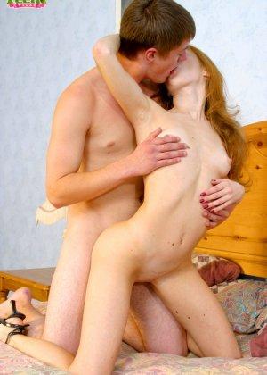 Молодой не опытный паренек болучает большое удовольствие от секса с телкой - фото 10