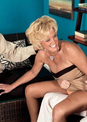 Зрелая белокурая проститутка занимается еблей в два ствола сразу - фото 11