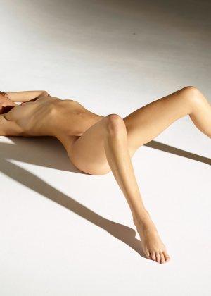 Девушка обладает идеальной фигурой, поэтому она показывает себя без всякого стеснения и стыда - фото 11