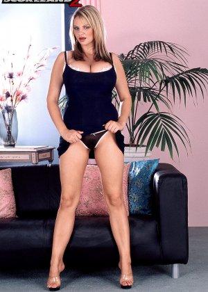 Девушка с большими буферами и небритой киской очень быстро оказывается без одежды и показывает себя - фото 3