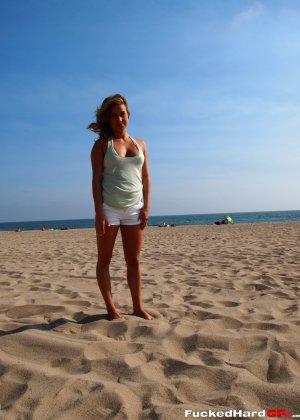 Сексуальная красотка в белом бикини показывает свою красоту на пляже, демонстрируя лучшие части тела - фото 1