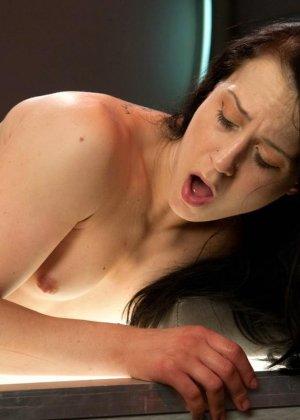 Красивая женщина ласкает свою промежность вибратором, пока муж разъезжает по командировкам - фото 10