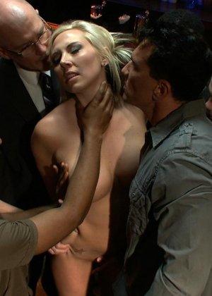 Блондинка показывает себя в полной красе – она готова принять в себя несколько членов и ублажить их - фото 6