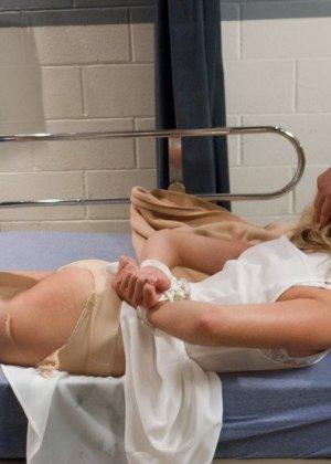 Медсестра Лия Лор готовила пациента к срочной операции, но ему внезапно стало лучше и он ее трахнул на кушетке - фото 7