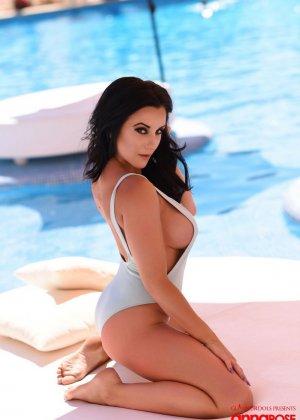 Жгучая брюнетка Анна Роуз раздевается на краю бассейна, показывая всем желающим свои прекрасные сиськи и жопу - фото 3
