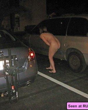 Пьяные неразборчивые девки развлекаются: показывают с удовольствием свои сочные сиськи - фото 5