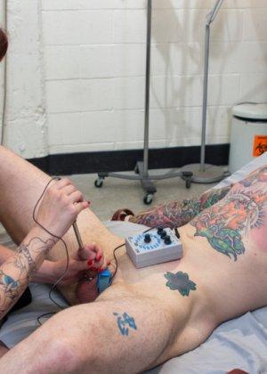 Зрелая пышногрудая бабенка поиздевались над членом татуированного паренька - фото 7