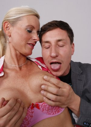 Опытный муж разминает висящие сиськи своей зрелой блондинистой жены - фото 14