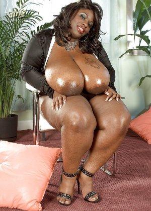 Очень большие сиськи всегда привлекают внимание, эта пышная негритянка потрясет своими дойками - фото 4