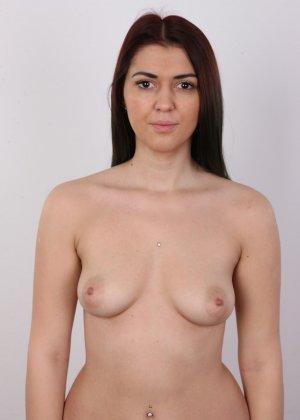 Очень красивая молодая девушка оголяет свое красивое тело перед камерой - фото 6