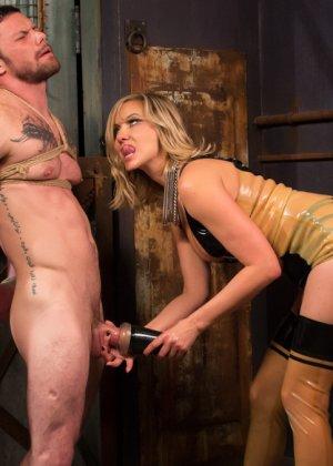 Семейная пара любит жесткий секс, телка надевает страпон и начинает ебать своего брутального мужчину в очко - фото 12