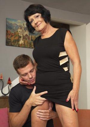 Молодой красавчик доставляет удовольствие зрелой женщине, даря ласке ее немолодой груди - фото 5