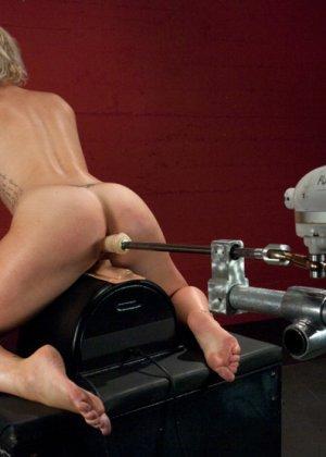 Секс машина без проблем довела блондинистую деваху до незабываемого сквирта - фото 9
