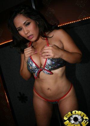 Пышная азиатка Джесика Бангкок поебалась с парнем который стоит за стеной - фото 2