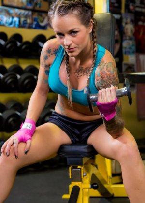 Девушка занимается фитнесом, а затем показывает свое красивое тело с большими татуировками - фото 2