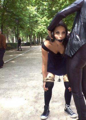 Красивая подруга после прогулки забежала в свингерский клуб и трахнулась - фото 8