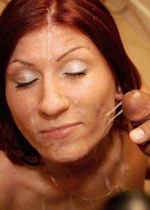 Зрелая рыжеволосая тетка обливает свое лицо большим количеством спермы - фото 11