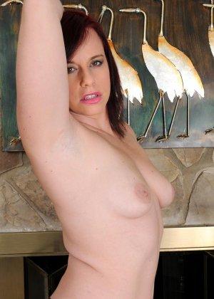 Толстушка очень хочет секса, поэтому вставляет в киску то, что попадается ей под руку - фото 8- фото 8- фото 8