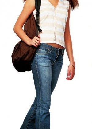 Красивая молодая девушка в наушниках с длинными гладенькими ножками - фото 11