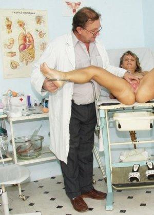 Зрелая Владимира заботится о своем здоровье, поэтому приходит к гинекологу на тщательный осмотр - фото 8
