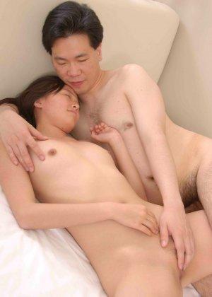 Домашний трах азиатской семьи в спальне на мягкой кроватке - фото 11
