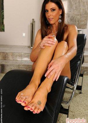Инди Саммер сделала подарок на день рождения своему любовнику, разрешив кончить ей на ноги - фото 16
