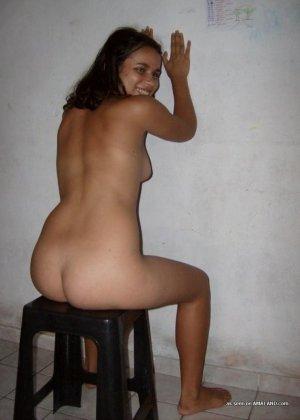 Милая испанка показывает свое красивое голое тело - девка не обделена сочной пиздой и хорошими сиськами - фото 6